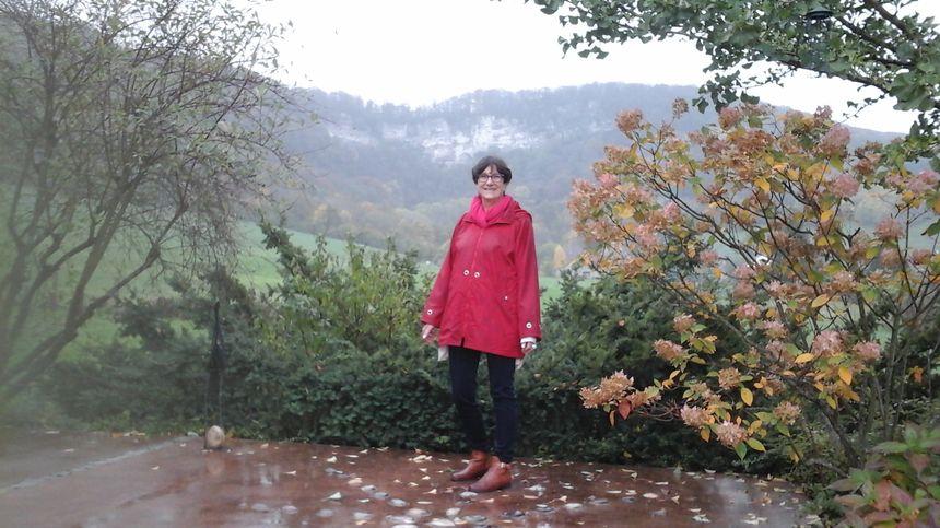 Annie Grosjean devant Les Roches de son enfance