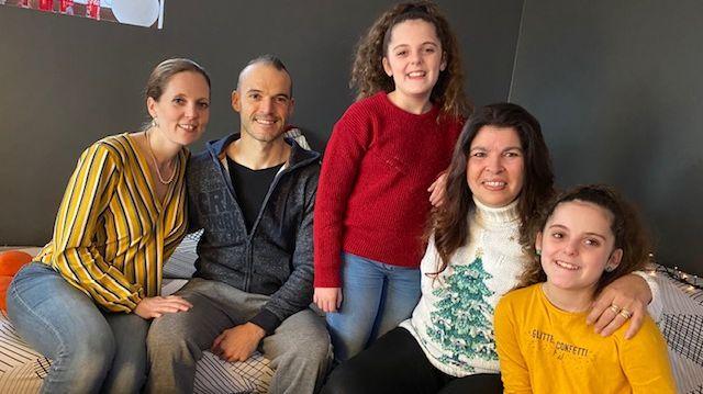 La famille de Lilou (au premier plan) et sa professeure dans l'attente.