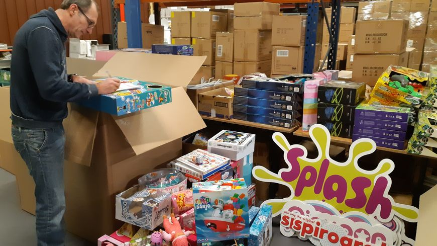 Dans la réserve de Splash Toys à Bueil, Dominique Correia prépare les échantillons pour les salons pour les commandes des magasins spécialisés, des hypermarchés ou des sites de vente en ligne