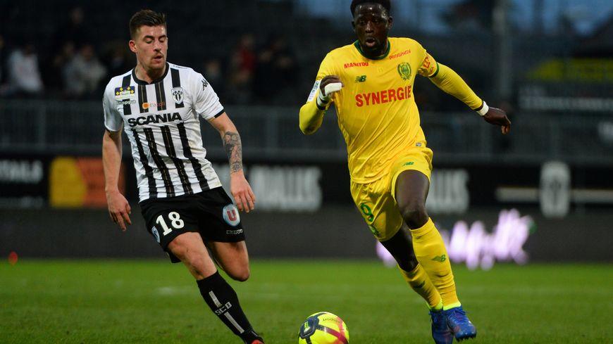 L'actuel capitaine du FC Nantes, Abdoulaye Touré, au duel avec l'angevin Baptiste Santamaria, le 20 janvier dernier.