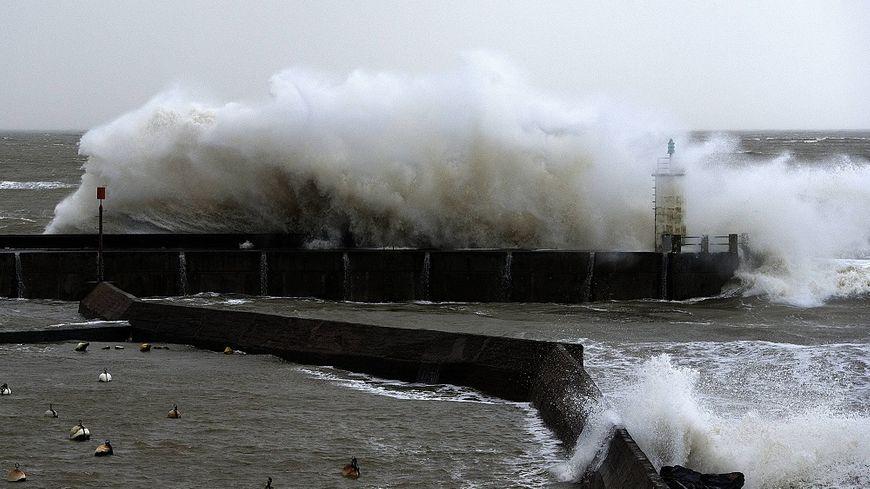 Les vagues devraient être très fortes dans les heures à venir.