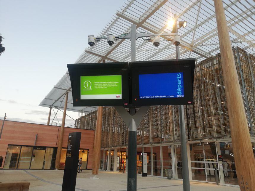 Panneaux d'affichage à l'extérieur de la gare.