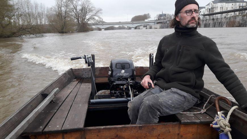 Paul Denizot sur son futreau équipé d'un petit moteur pour compléter la navigation à la voile