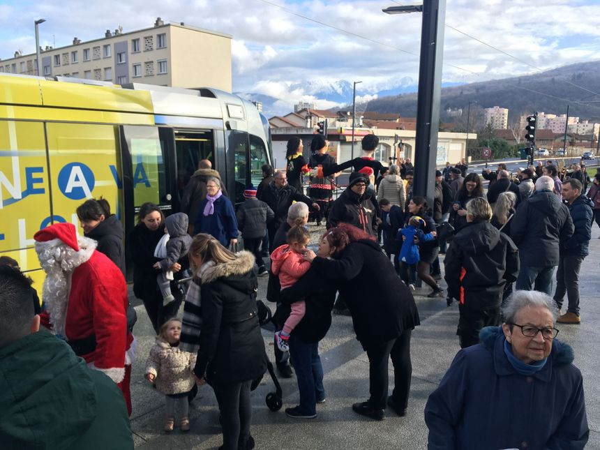 Les habitants de Pont-de-Claix sont venus par dizaines pour l'inauguration. Cette ligne, ils l'attendaient de pied ferme.