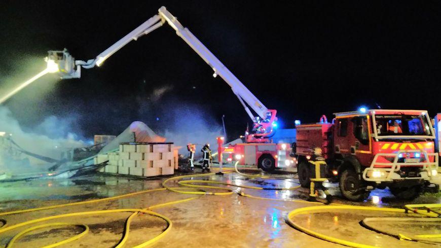 L'intervention des pompiers a évité la propagation du feu à une maison voisine du hangar.