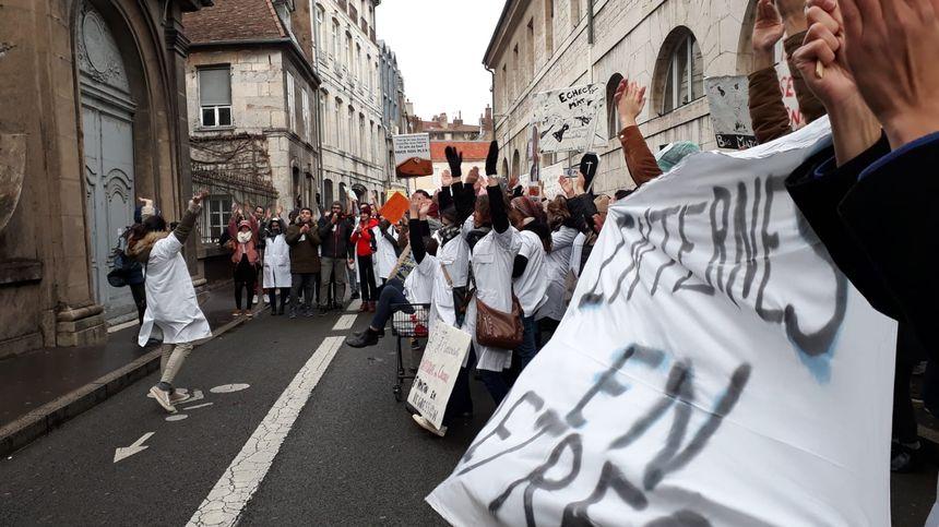 Arrêt du cortège devant la direction du CHU de Besançon.