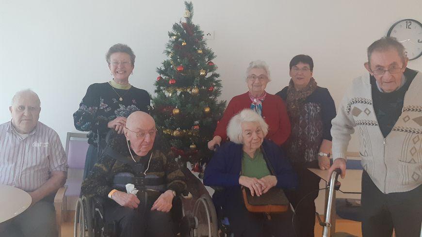 Les pensionnaires de la maison de retraite George Sand de Châteauroux et leurs familles, devant un sapin de Noël