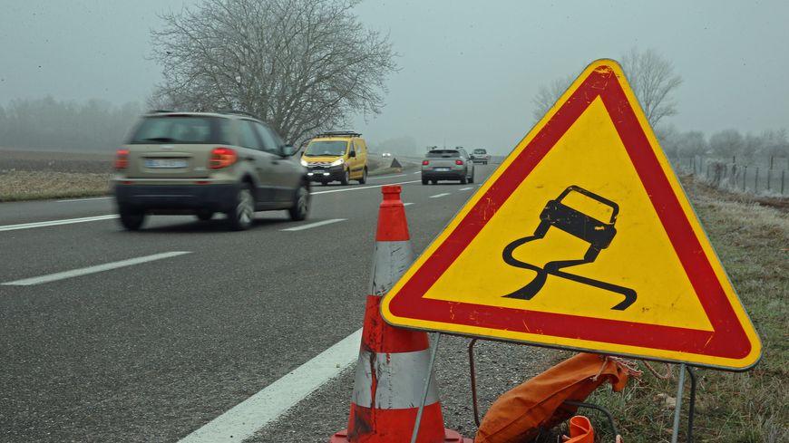Au moins cinq accidents sont survenus ce lundi 23 décembre dans la Loire et en Haute-Loire à cause de la chaussée glissante