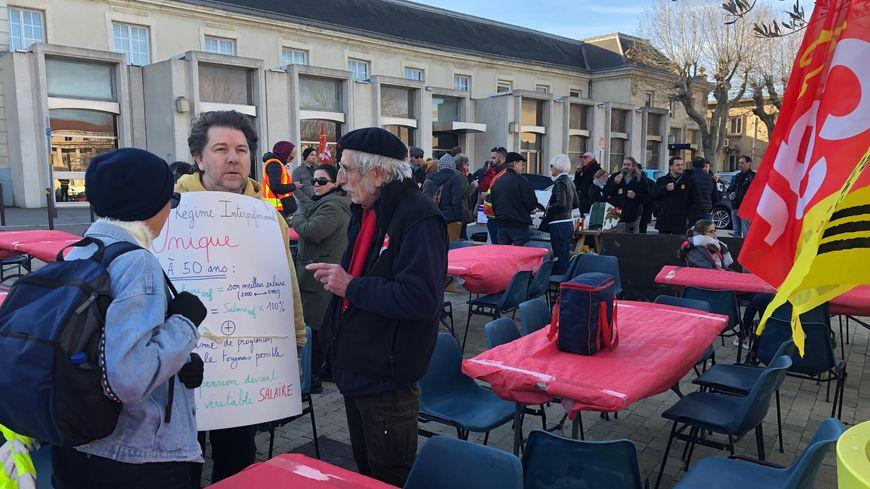 Des grévistes venus partager le repas de Noël de la CGT à la gare d'Avignon