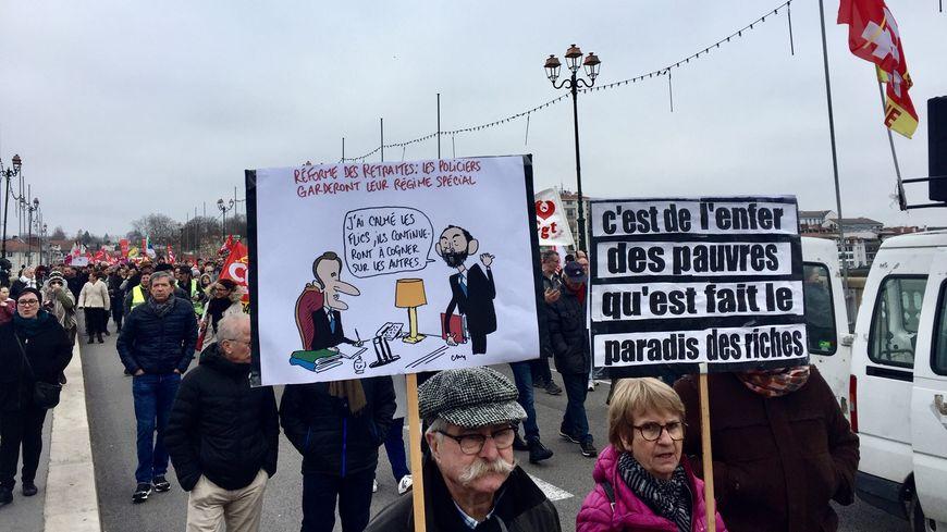 L'intersyndicale, des gilets jaunes et des manifestants sans étiquette à Bayonne contre la réforme des retraites ce samedi 28 décembre