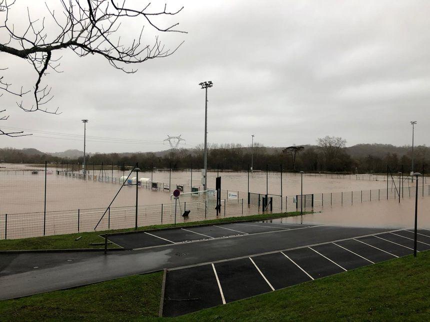 Le stade d'Ustaritz touché par la crue de la Nive