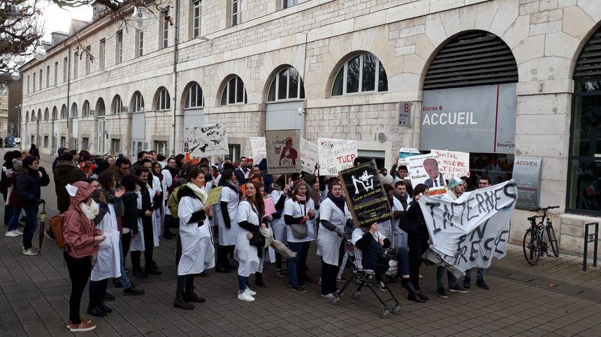 Les manifestants interpellent Jean-Louis Fousseret devant la mairie de Besançon.