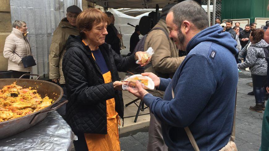 1.000 paella ont été distribuées gratuitement aux plus démunis.