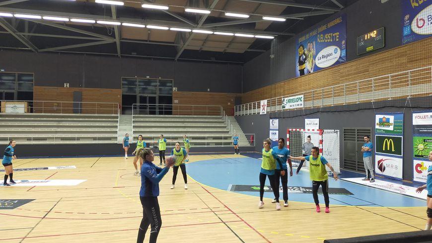 Les joueuses du Bourg de Péage Drôme Handball à l'entraînement.