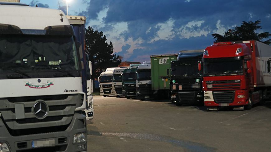 Des camions sur une aire de repos, image d'illustration
