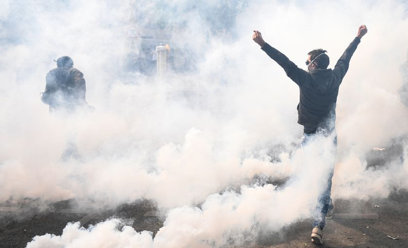 Un manifestant au milieu d'un nuage de gaz lacrymogène, lors des manifestations du 1er mai 2019.