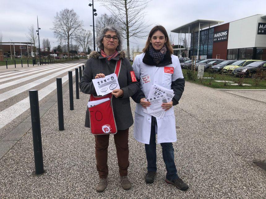 Les militants syndicaux FO distribuent des tracts devant le centre commercial le Grand Mail à Saint-Paul-lès-Dax.