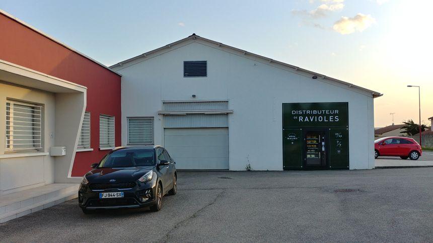 Le distributeur de ravioles est installé sur la fabrique de la Mère Maury.