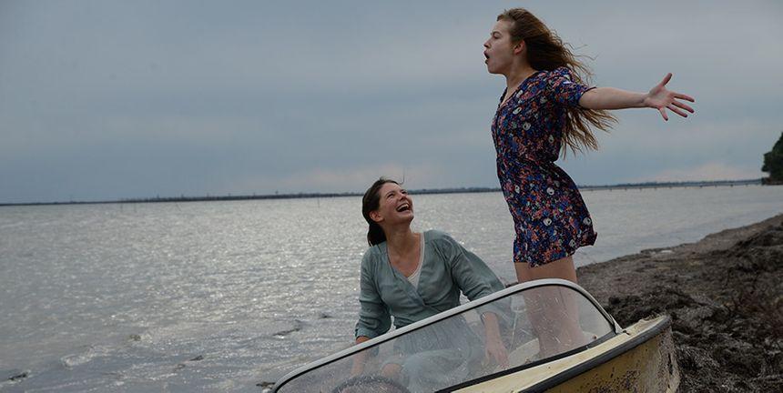 Joséphine Japy et Lou de Laâge sur le rivage de l'étang de Thau