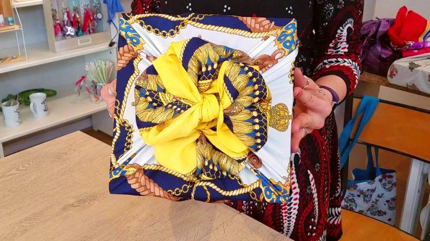 Les foulards colorés rendent souvent très bien pour emballer des cadeaux.