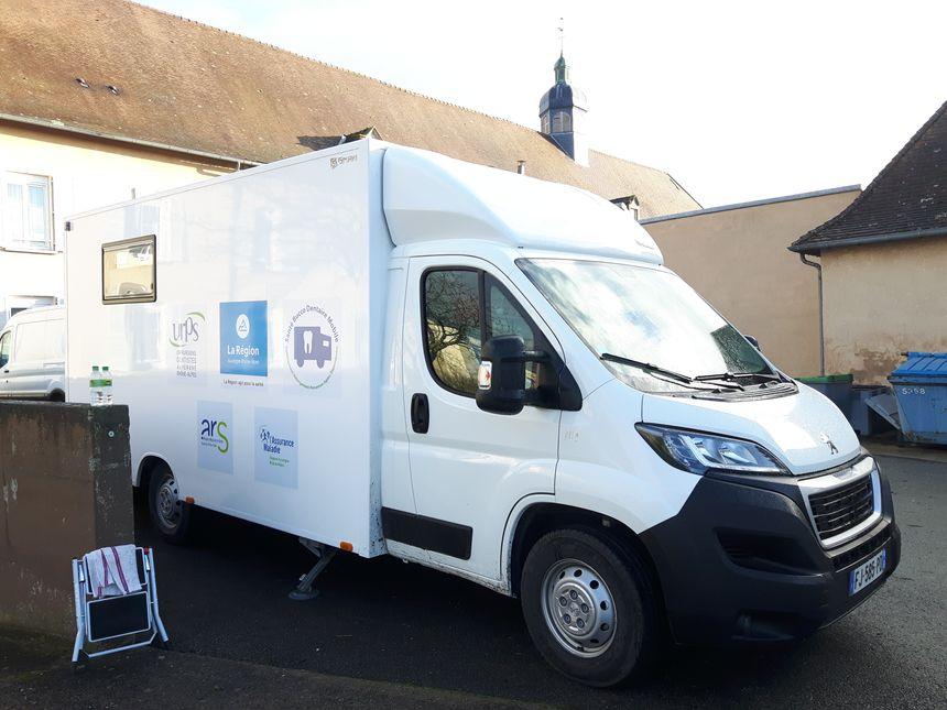 Puy-de-Dôme: une expérience de cabinet dentaire mobile dans les Ehpad. La camionnette dans la cour de l'Ehpad d'Effiat - Radio France