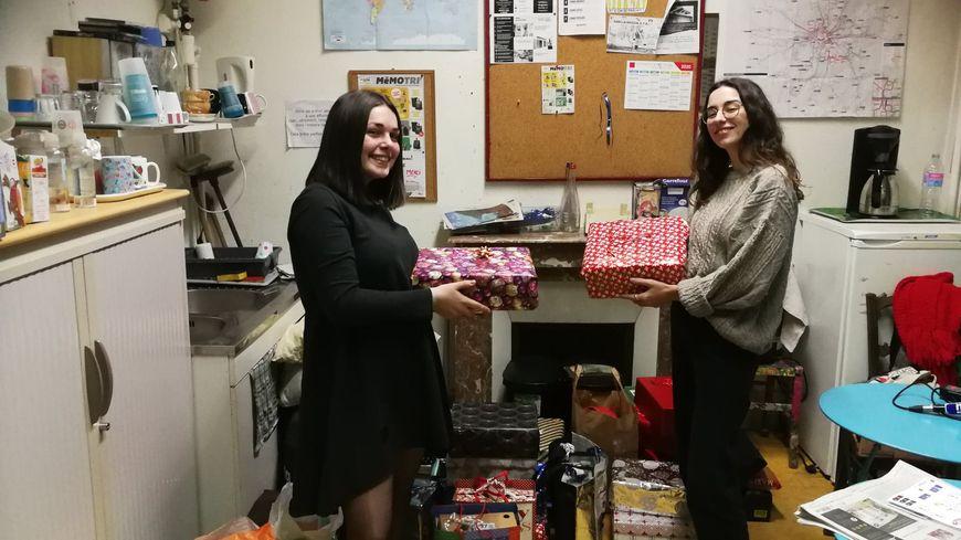 Orlane et Clara, bénévoles à l'association Coeurs résistants, ont recueilli des dizaines de cadeaux pour les personnes sans-abri.