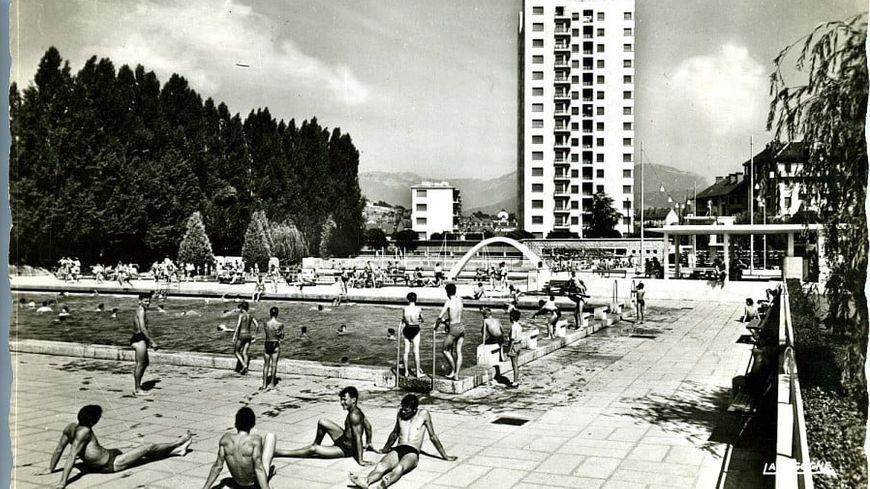 """Le Stade nautique de Chambéry en 1965. Au fond, l'immeuble """"La Chandelle""""."""
