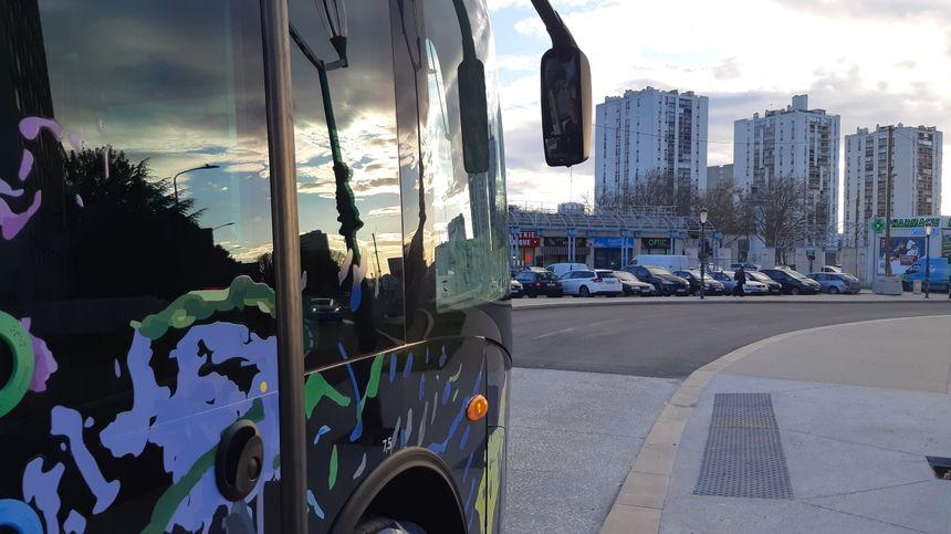 Le bus de la T2 à l'entrée de Pissevin