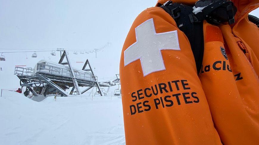 """Ski hors-piste, la préfecture de la Haute-Savoie appelle les skieurs à """"être responsables"""". (Photo d'un pisteur-secouriste à La Clusaz en Haute-Savoie)"""