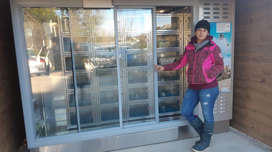 Dans le distributeur, Mélody Balmefrezol met des huîtres n°4, 3 et 2, en quantités différentes selon les casiers.