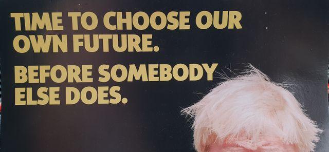 """L'une des affiches de campagne de la candidate indépendantiste Kirsten Oswald, avec ce slogan : """"Si vous ne décidez pas de votre avenir, on décidera pour vous""""…"""