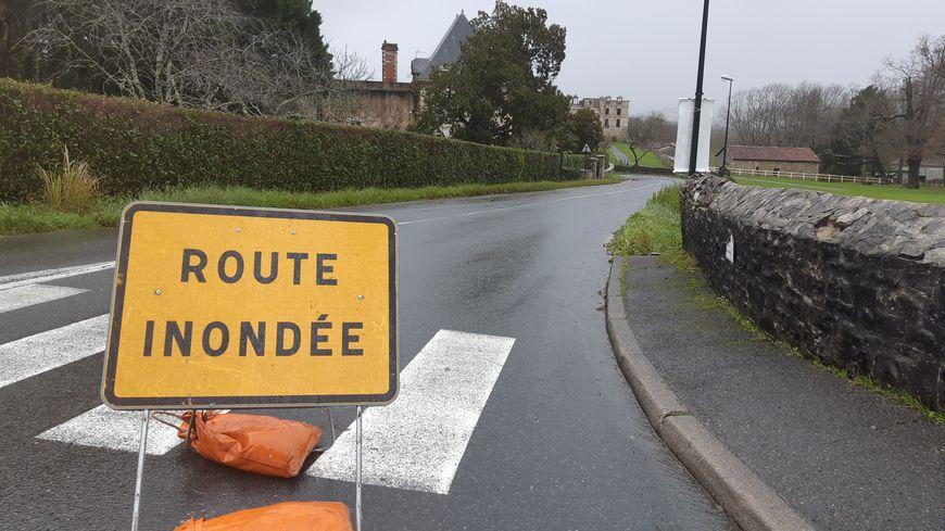 Une route fermée à la circulation à cause des inondations.