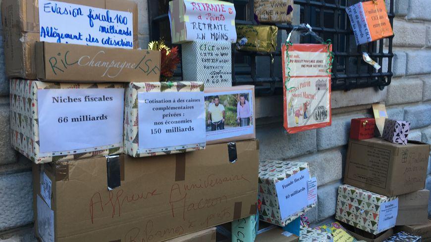 Des cadeaux pour réclamer le retrait de la réforme des retraites à Besançon ce samedi.