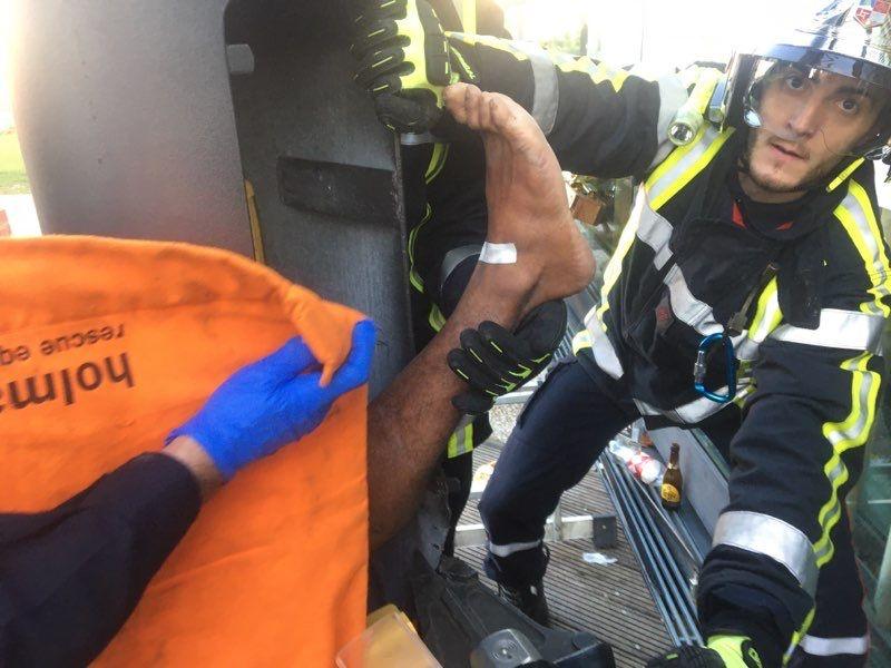 Le jeune homme est resté coincé environ une heure à l'intérieur du poteau métallique.
