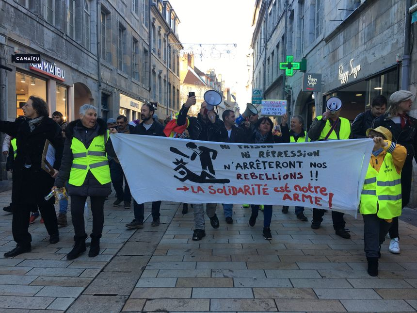 Plus de 200 personnes défilaient ce samedi dans les rues de Besançon contre la réforme des retraites.