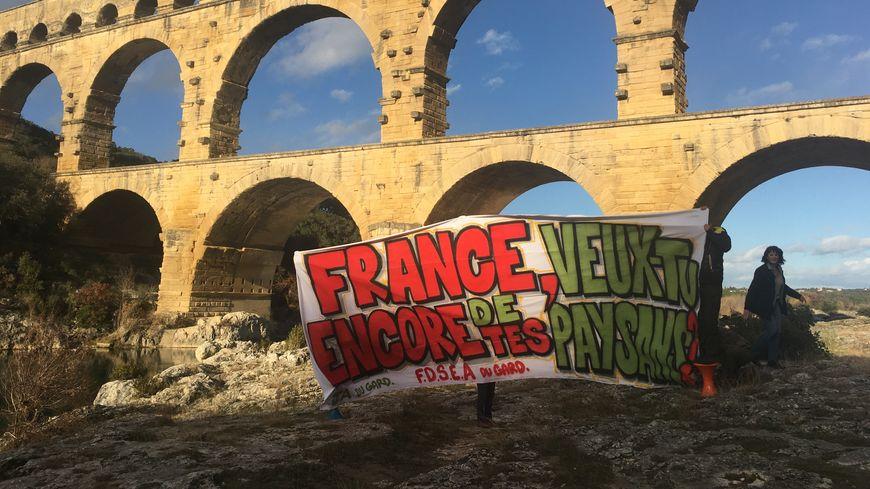 Les syndicats d'agriculteurs du Gard ont pris la pose devant le Pont du Gard pour alerter sur l'agribashing.