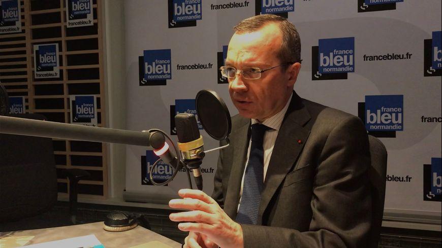 Le préfet de la Seine-Maritime, Pierre-André Durand, dans les studios de France Bleu Normandie.