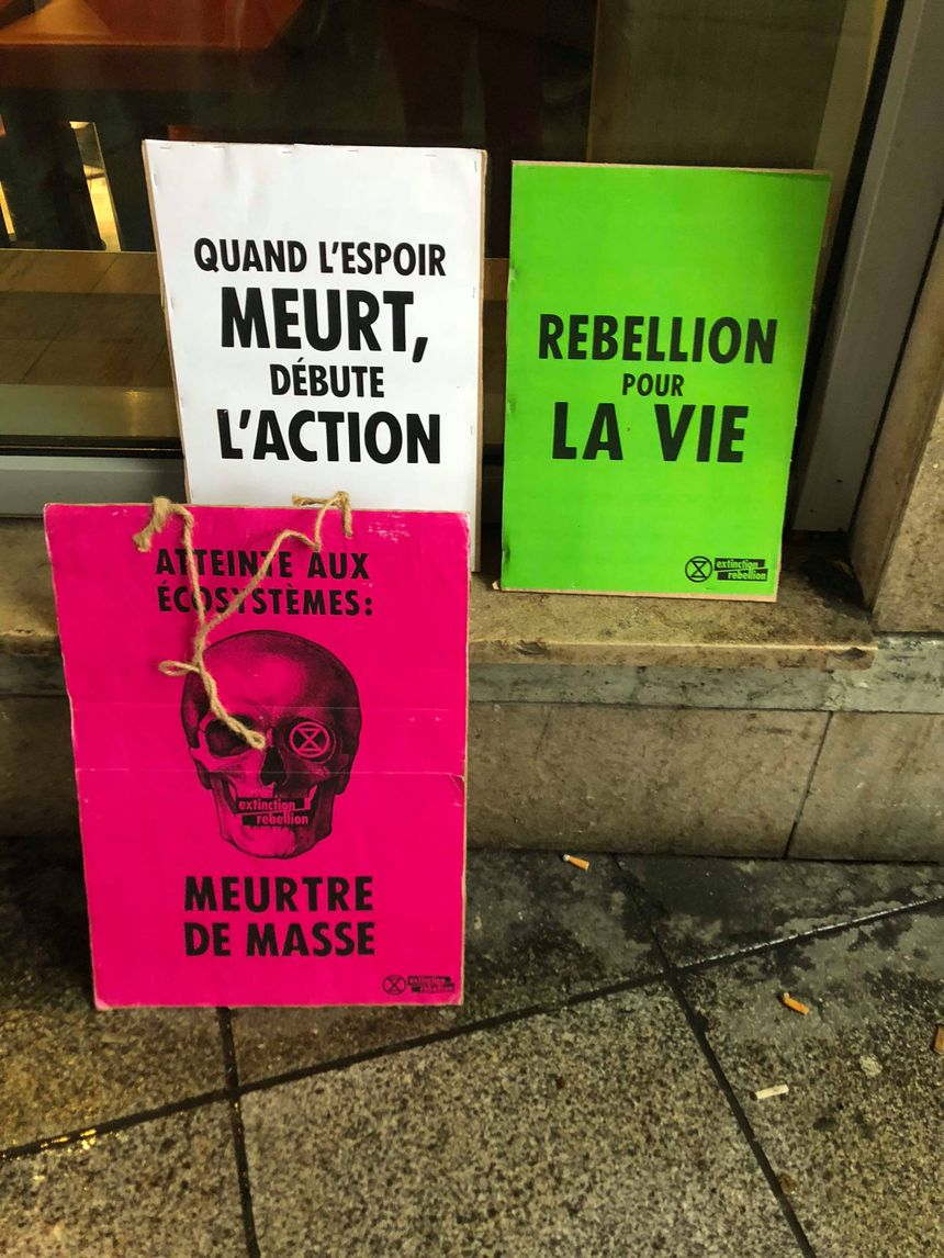 Des pancartes d'Extinction Rebellion