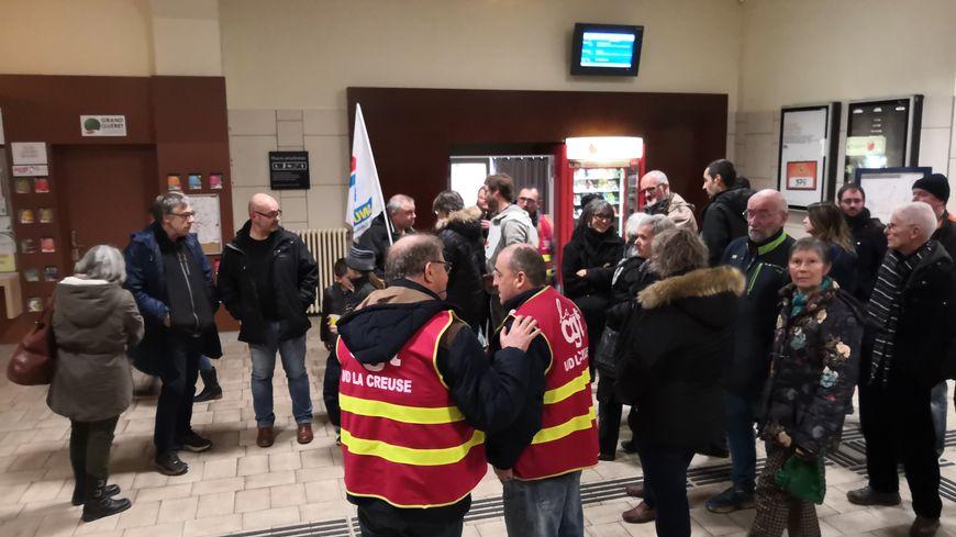 Une trentaine de manifestants ont participé à un apéritif en gare de Guéret, contre la réforme des retraites ce samedi soir.