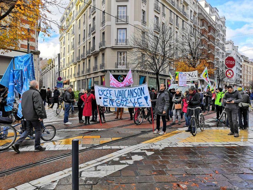 Les enseignants sont une fois de plus au rendez-vous, et certains lycées sont bloqués par des élèves comme le lycée Marie-Curie à Échirolles.