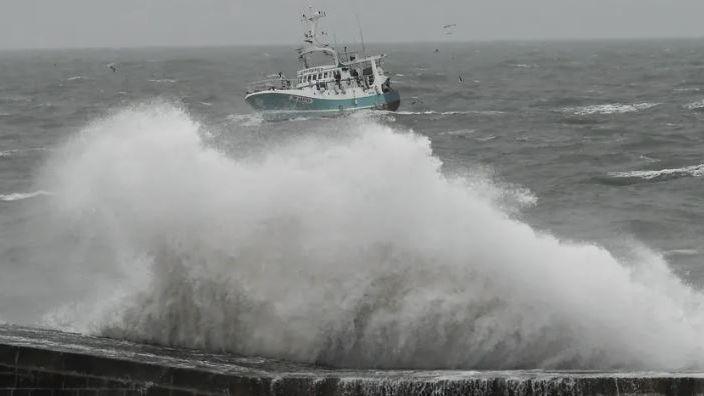 La tempête Fabien devrait générer une mer très forte à grosse et une surélévation du niveau de la mer comprise entre 40 centimètres et un mètre sur la façade atlantique