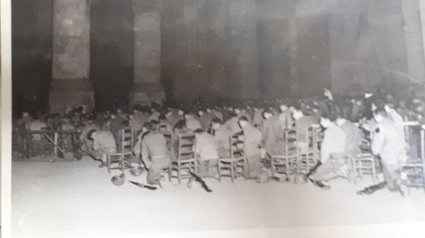 Des soldats américains lors d'une messe célébrée en la cathédrale Saint Etienne en décembre 1944