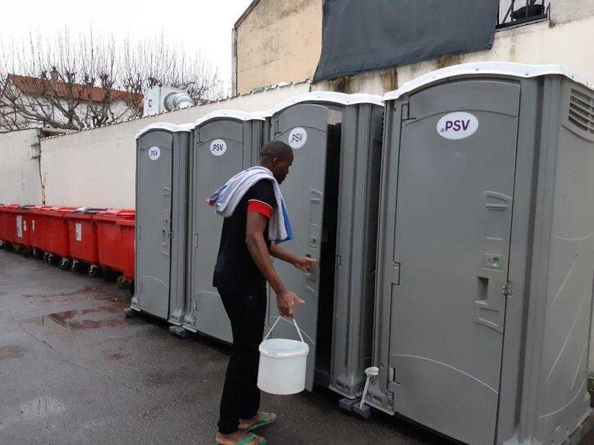 Il n'y a que six toilettes dont quatre à l'extérieur pour près de 300 personnes sur place