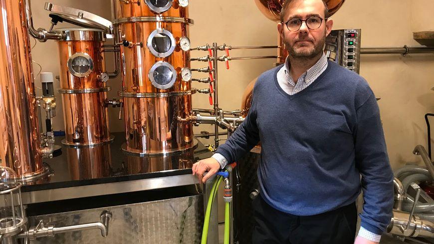 Charles-Guillaume Simon, devant le nouvel alambic de sa distillerie à Meursault (Côte-d'Or).