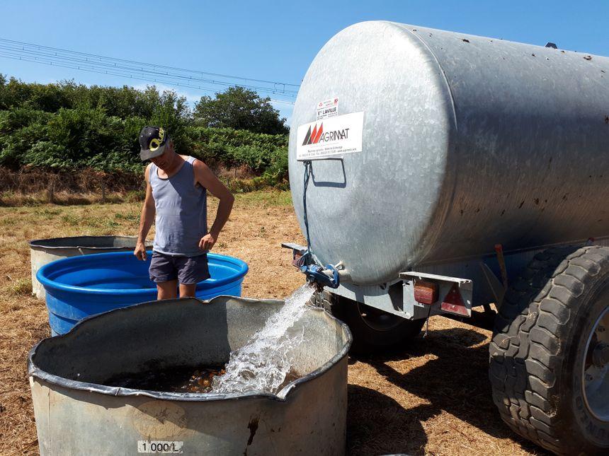Même dans l'Ouest du département, les sources se sont retrouvées a sec, les éleveurs ont du abreuver les troupeaux