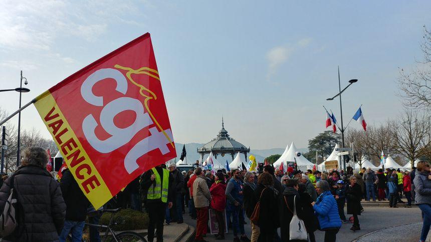 Sur le Champ de mars avant le départ du cortège.