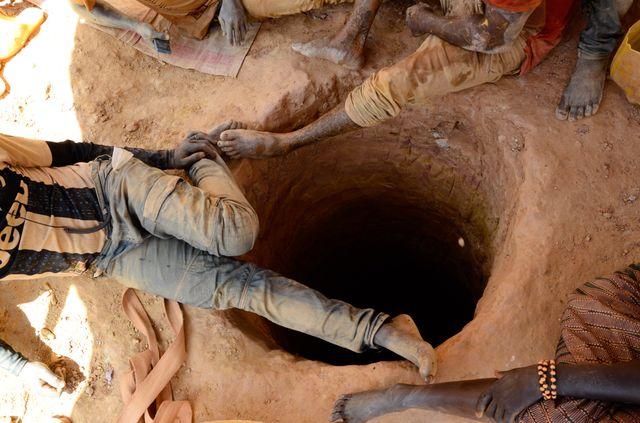 De jeunes mineurs se relaient pour creuser un puits. Une fois arrivés au niveau de la nappe phréatique, à une vingtaine de mètres de profondeur, ils continuent de s'enfoncer s'ils trouvent un filon d'or