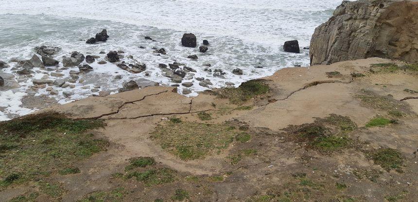 Les failles sont bien visibles en haut des falaises