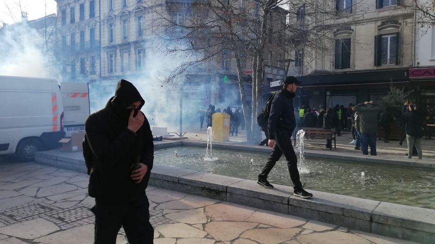 Une manifestante a été blessée lors d'échauffourées sur les boulevards