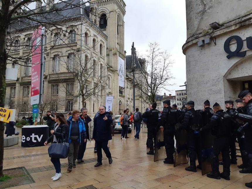 Les forces de l'ordre ont bloqué l'accès à la place de l'hôtel de ville aux manifestants.